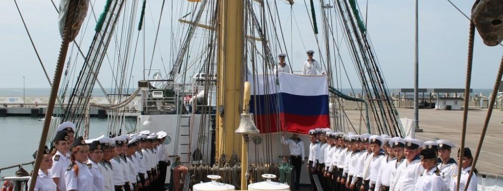 На парусном судне «МИР» прошло торжественное построение в честь празднования Дня Государственного флага Российской Федерации